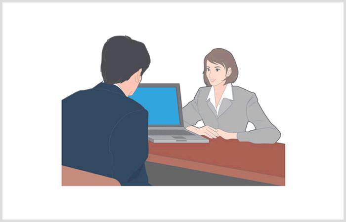 キャリアアドバイザーと面談を行っている男性