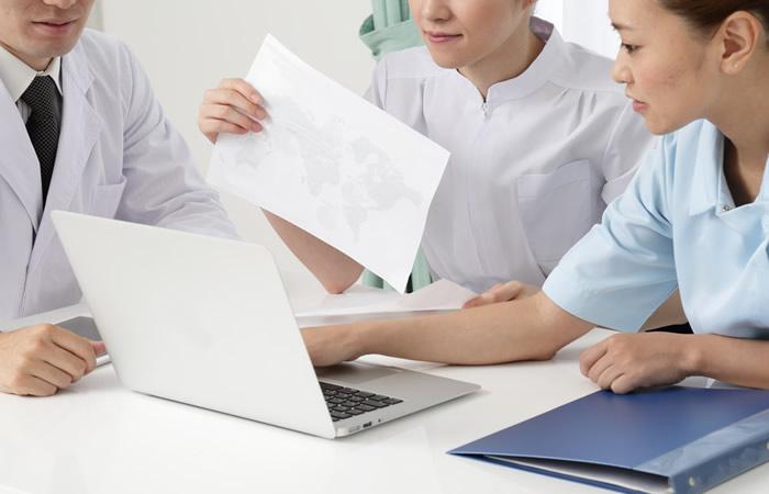パソコンでデータをチェックする看護師とドクター