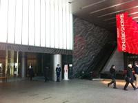 ワークポート東京本社のオフィスビルのエントランス付近