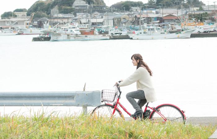 地元の田舎町で自転車に乗る女性