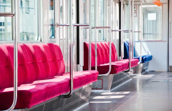 電車の社内風景